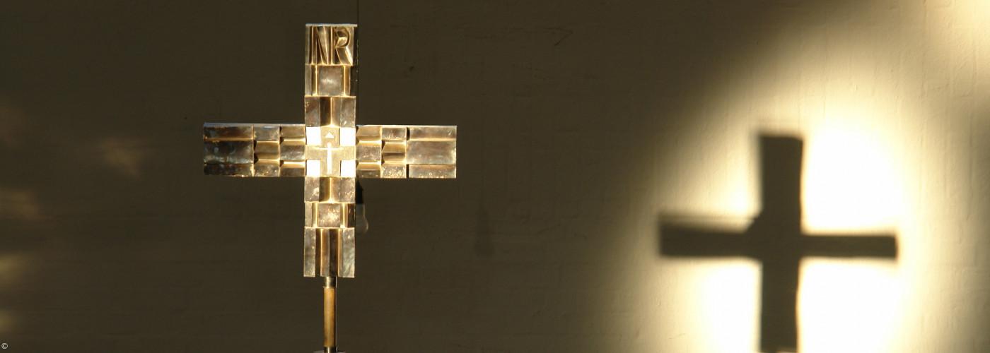 Altarkreuz der Johanneskirche im Gegenlicht
